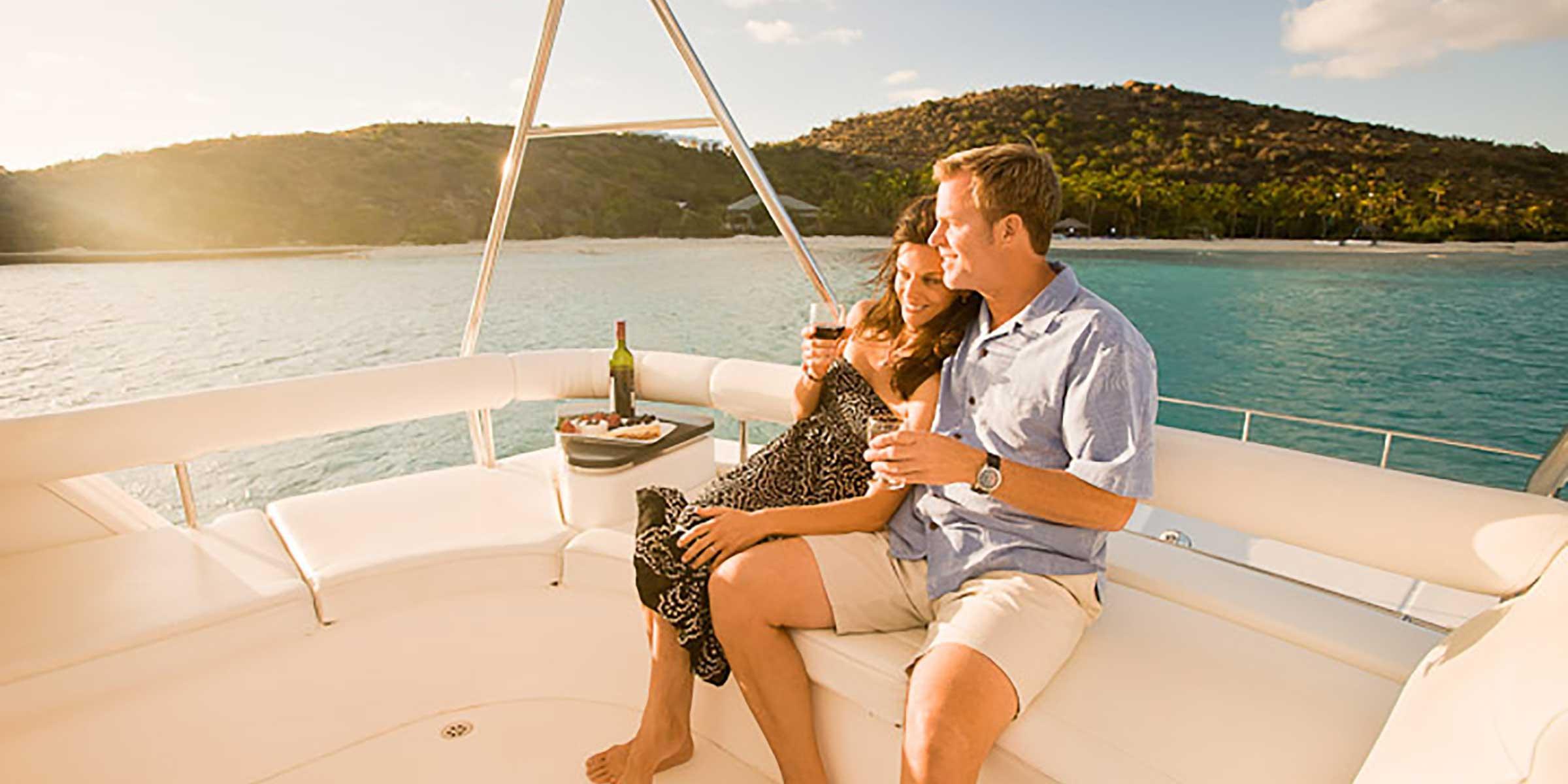 Couple sur un bateau aux Îles Vierges britanniques