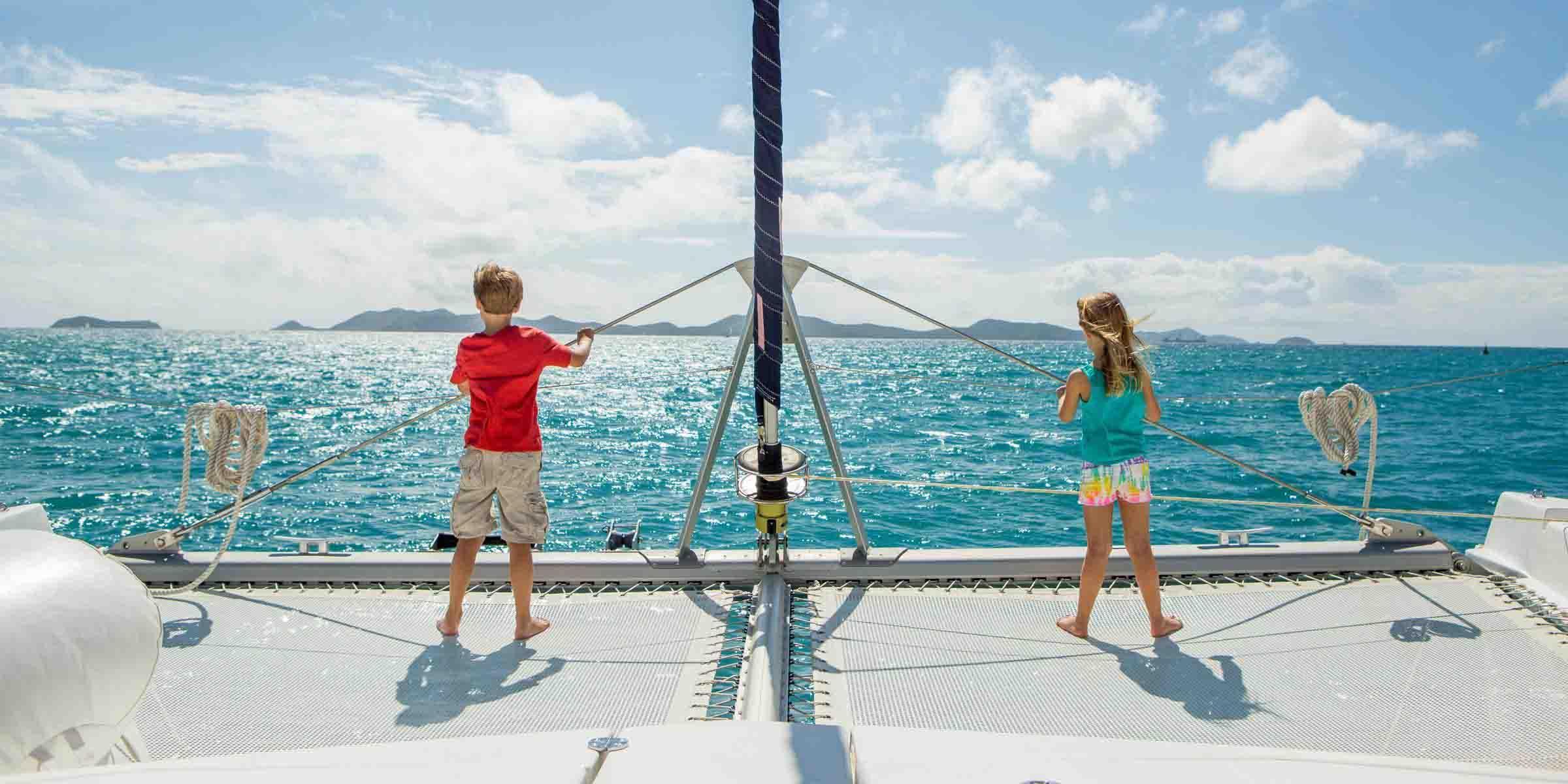 Enfants sur le trampoline d'un catamaran Moorings aux îles Vierges britanniques